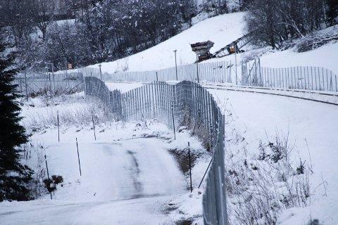 TILGANG TIL ELVA: Bjørn Brodtkorb mener at kommunen i dispensasjonsvedtaket ikke stille tydelige nok krav om at BaneNOR må ta hensyn til fiskeinteressene. Bildet viser viltgjerdet langs jernbanen sør for Mosjøen.