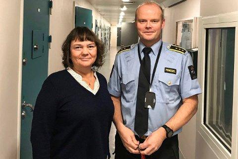 FENGSELSBESØK: Torsdag besøkte stortingsrepresentant Hanne Dyveke Søttar  fengselsleder Frank Ivar Lie og Mosjøen fengsel. Fengselet har 15 soningsplasser.