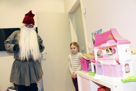 På rommet: Hermine har mange leker, og viser aller nådigst fram rommet sitt til Øyfjellnissen.