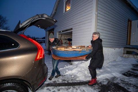 - Båten min bestefar har lagde har stått på loftet i uthuset siden 1940. Nå donerer min far båten til Helgeland Museum, sier Reidi Halsan. Kalle Dolmen skal transporterer båten til museets lokaler.