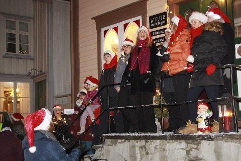 TRAPPESANGERE:  Kor Z sørget for julestemning både for store og små da de sang seg gjennom Sjøgata under årets grøtfest. Foto: Rune Pedersen
