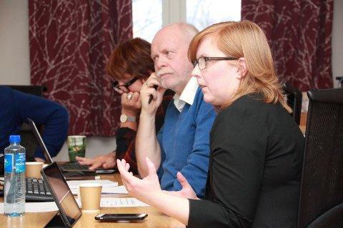 100 PROSENT:  Åshild Pettersen (SV) ønsker at prosjektet lyser ut en 100 prosent- stilling. Bak Pettersen ser vi ordfører Jann-Arne Løvdahl (Ap) og formannskapssekretær Rigmor Jenssen Leknes.