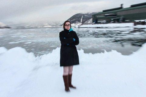 SNØDUMPING: Her ved Mjaavatnbrygga dumper Vefsn kommune snø. Carol Karl Urvik (V) håper at kommunen kan vurdere alternative løsninger. Hun sier at kommunen må søke om å få dumpe snø.