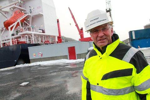 GASSTERMINAL: Havnesjef Kurt Jessen Johansson i Helgeland Havn IKS viser fram den nye gassterminalen på kaia i Mosjøen. Det grå bygget bak Jessen Johansson er gassterminalen.