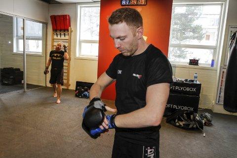HANSKER: I MMA er det spesielle hansker som man både kan slå og gripe med.
