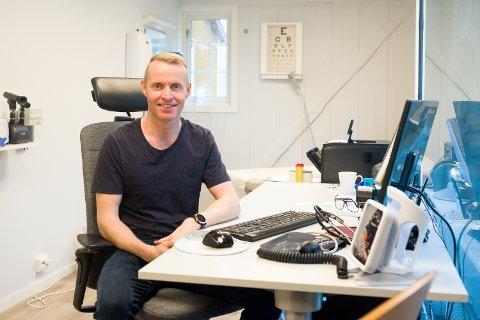 LOKALER: Fungerende smittevernlege Erlend Jørgensen minner om at hygiene og avstand fortsatt er viktig, og at folk med symptomer må ta kontakt, selv om det har vært høyt trykk på koronasenteret i det siste.