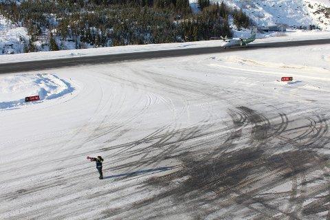 STÅR: En flyavgang fra Mosjøen lufthavn, Kjærstad, er utsatt på grunn av uværet. For øvrig så går flyrutene på Helgeland som planlagt, uværet til tross.