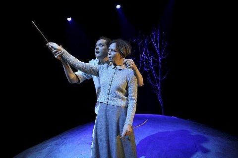 Teater: «Fuglane» som skal spilles i Mosjøen og Sandnessjøen, er et teaterstykke om Mattis, søsteren Hege og fugler som begynner å trekke over huset deres. foto: Tina ditlefsen