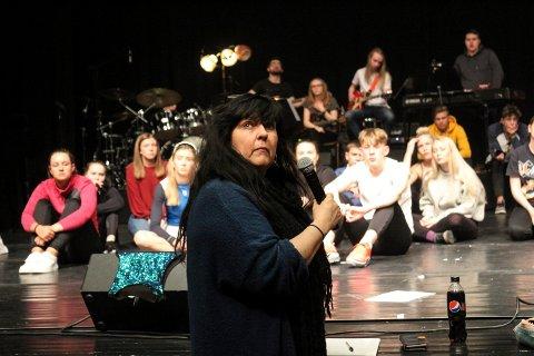 Britt Valla har kontakt med scenen og lyd/lys.