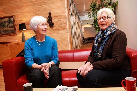 ENGASJEMENT: Kasserer Sølvi Isaksen (t.v.) og leder Ellinor Saue sier at medlemmene i Mosjøen sanitetsforening er svært engasjert i hva som skjer i omsorgssektoren.