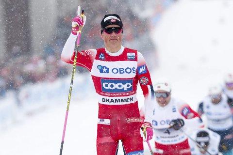 SUVEREN: Johannes Høsflot Klæbo vant som han ville i verdenscupen i Drammen tirsdag. Ingen slår Johannes i sprint klassisk .  Foto: Terje Bendiksby / NTB scanpix