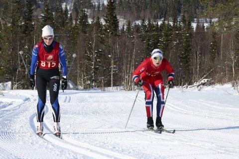 OPPVARMING: Sist helg gjorde Karin Kjensli unna Hjartfjellrennet som oppvarming til Birken. Her er hun like etter start sammen med Isak Larsen.  Foto: Stine Skipnes