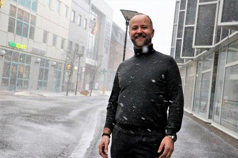 Jan Ove Syve har blitt tilbudt stillingen som rådmann i Leirfjord kommune, og har takket ja. Saken skal endelig behandles i kommunestyret neste uke. Styve kommer fra jobben som direktør i SpareBanken Nord Norge, og ser fram mot nye utfordringer i kommunen.