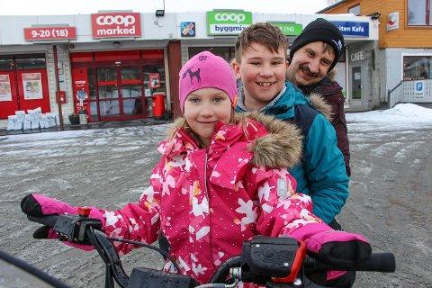 Karl-Olav Bostad, Erlend Ørjedal og Ine Ørjedal prøvesitter den nye skuteren.