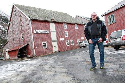 DOKUMENTASJON: Plan- og utviklingssjef John Peter Garnes sier at kommunen ikke finner dokumentasjon på at heving av brygga var tema da Rypdal søkte om å renovere brygga i 2010. Her står han ved Mjaavatnbrygga, som kanskje må både heves, og utrustes med skredsikker fasade mot Øyfjellet.