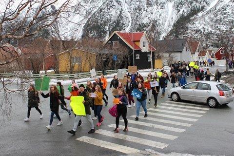 Toget på vei til rådhuset. Underveis gjaller protest-ropene ut; «Ke vil vi ha?!» -«Endring!», «Når vil vi ha dæ?!» -«No!!»