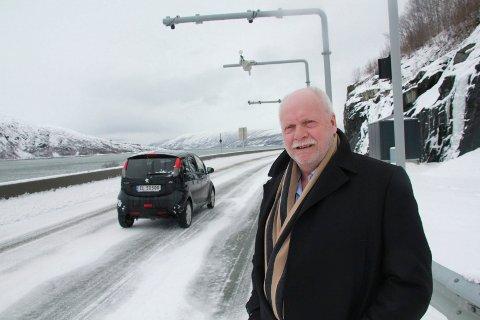 SIER JA: Jann-Arne Løvdahl sier at også elbiler bør betale bompenger. Her står han ved bomstasjonen ved Rynes / Hjartåsen, hvor 12-13 prosent av bilene som passerer er elbiler.