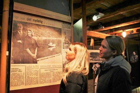 Silje Bergsnev (t.h) og Annika Honggard betrakter bildet av kronprinsparet da de besøkte Mosjøen og Sjøgata i 1974. Bildet er en forstørret kopi av Helgeland Arbeiderblad og er utstilt på Jacobsenbrygga i Sjøgata hos Vefsn Museum.