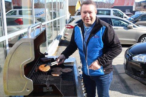 Bård Eggum grillet hamburgere og pølser for Bilfokus under lansering for Ford.