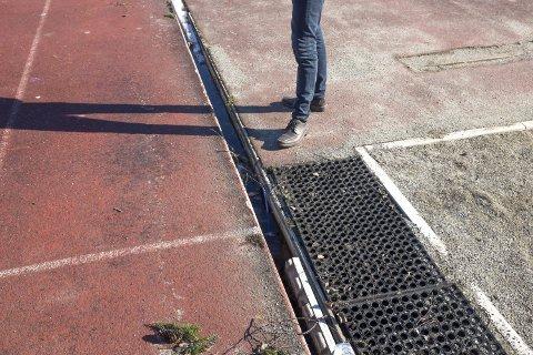 Dårlig forfatning: Dreneringen i idrettsanlegget på Kippermoen er elendig, og hoppegropa er fylt med mer grus enn sand.