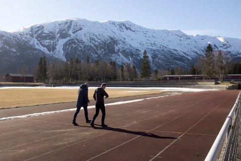 Testløp: Torsdag gikk de to initativtakerne opp løypa. Start og målgang vil skje på løpebanen, men løypa går ut i terrenget rundt.