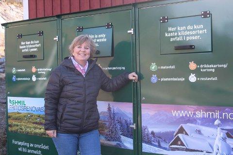 Toril Forsmo ved noen av containerne beregnet for avfall fra hytter og fritidseiendommer. Disse står ved småbåthavna i Mosjøen.
