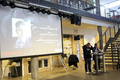 Veien videre: Mona og Arne Bratland mistet sønnen Haakon i 2017. Nå har holdt 80 foredrag med narkotika som tema. – I en totalt meningsløs situasjon fant vi noe som var meningsfylt veien videre i livet, sier de. Her på Kippermoen ungdomsskole. Foto: Stine Skipnes