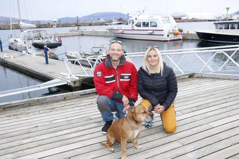 Asbjørn Anderssen og samboer Cathrine Jensen, håper nå at flere frivillige vil hjelpe til med å samle inn søppel på helgelandskysten. - Det er mange som vil, men som ikke vet hvor man skal gjøre av søppelet etterpå. Der kommer vi inn, sier de.