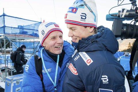 GRATULASJON: Morfar Kåre Høsflot var rørt og glad etter at Johannes Høsflot Klæbo hadde gjort unna siste etappe av Tour de ski på toppen av monsterbakken i Val di Fiemme. Foto: Terje Pedersen / NTB scanpix