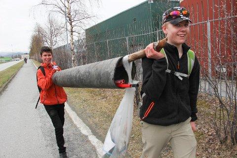 Vegard Sandstrak (bak), Jo Mikal Tande Bjerkli og et solid plastrør