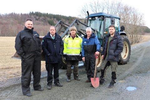 DÅRLIG VEDLIKEHOLD: De fastboende i Botn er misfornøyd med kommunens vedlikehold av grusveien i Botn. Fra venstre er Dan Roger Fuglås Gårdvik, Geir Ole Skogmo, Kristian Grimsø, Jan Frode Botn og Lars Botn.