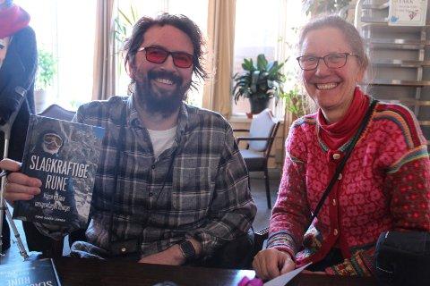 Rune Almås Larsen signerte bøker med hjelp fra moren Beate Almås.