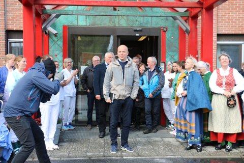 VENDER TILBAKE: Det var en nesten målløs Trygve Slagsord Vedum, som ble møtt av Bunadsgeriljaen etter besøket inne på sykehuset i Sandnessjøen forrige mandag.