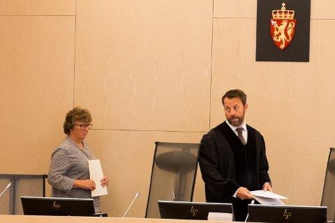 Rettssaken ledes av fagdommer Henrik Kristian Flod. Her på vei inn i rettssalen sammen med en av meddommerne, Åse Pedersen.