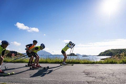 VARIERT: Helgeland sommerskiskole, som arrangeres i begynnelsen av august i Konsvikosen, byr på rulleskitrening i kystlandskap, fjellturer, klatring og vannsport.  Foto: Privat