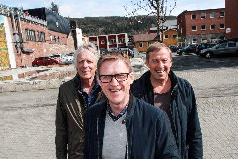 MEDEIERE: Paal-Anders Brandth (foran), Hans Hoff Petersen (t.v.) og Sten Magne Hansen jubler over at både et styrevedtak og finansiering av prosjektet nå er i boks. Prosjektet har pågått siden i 2010. Kvartal 20 like bak.