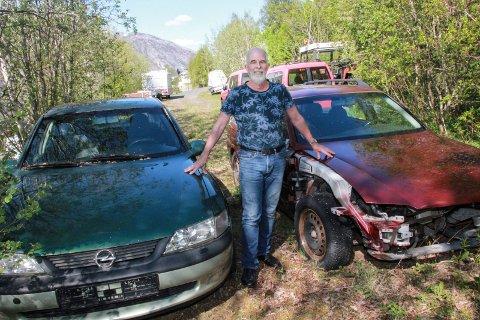 UTEN SKILT: - Dette er biler som bør fjernes og som dermed kan gi plass til parkering for eksempel for folk i Tjeldstia som har problemer med å finne ledig og lovlig parkeringsplass i gata, sier Gunnvald Lindset. I bakgrunnen ser vi en del andre kjøretøy på området. De to røde varebilene som vi skimter bak Lindset er ikke skiltet.