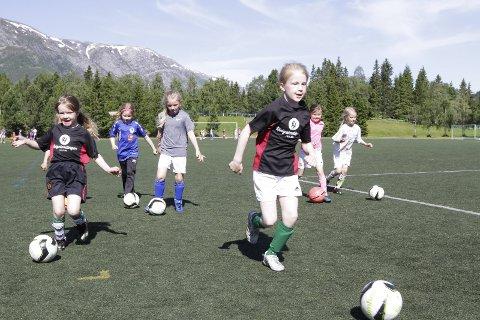 Startet i 1981: Da fotballskolen ble startet i 1981 het den HA-Fotballskole og ble arrangert i Mosjøen og Sandnessjøen. I år er det 39. gangen på rad at det blir fotballtrening og lek for gutter og jenter 7-12 år. Foto: Per Vikan