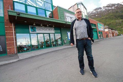 FORNØYD: Senterleder Harald Forbergskog ved Sjøsiden senter melder om en betydelig økning i antall besøkende i senteret i tida etter at handelsparken åpnet opp.