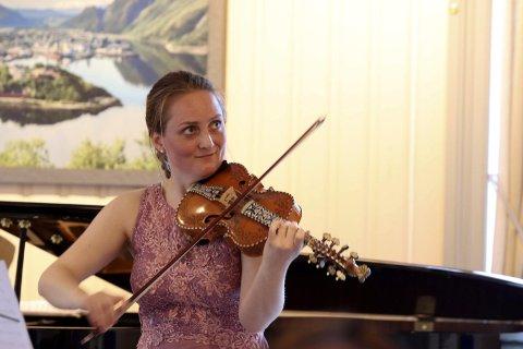 """PÅ HARDINGFELE: """"Fancy julestrenger på Helgeland"""" heter det når Elisabeth Turmo turnerer med Helgeland Sinfonietta."""