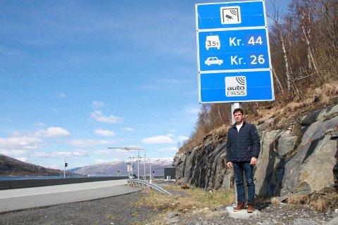 DYRT: Når E6 stenger mandag må bilistene kjøre via fylkesvei 78 og dermed denne bomstasjonen på Rynes og også en bomstasjon ved Drevjamoen. Påkopling til E6 skjer ved Ømmervatnet.   - Jeg sa i fjor at det samme kom til å skje igjen. Jeg fikk rett, sier Øyvind Lervik.