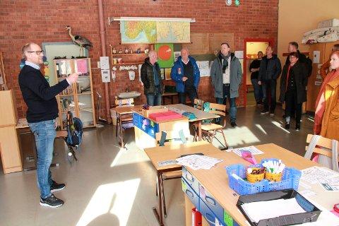 BEFARING: 2. april besøkte Vefsn formannskap Elsfjord skole. Rektor Christian Lind orienterte politikerne om ulike praktiske og alternative løsninger for å bygge barnehagen inn i skolen.
