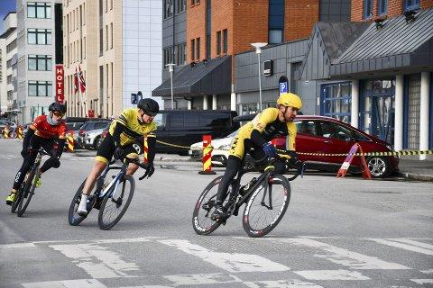 GATERITT: Festvågrittet i Bodø er sesongåpning for sykkelrytterne. Mosjøen og Omegn cycleklubb og Sandnessjøen og Omegn Cykleklubb var på plass med mange ryttere.  Yngvar Alexander Hansen i teten i gaterittet. Foto: Truls Naas