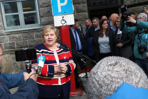 Det var et stort oppmøte av medier og innbyggere ved Sandnessjøen sykehus, da statsminister Erna Solberg kom på besøk.