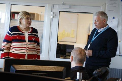 På spørsmål om demografien på Helgelandskysten, fikk statsminister Erna Solberg svar fra ordfører Bård Anders Langø. - Demografien på kysten av Helgeland er svært utfordrende, og av alle kystsamfunn i Norge, så er Helgelandskysten den med størst utfordringer, svarte han. Her er Solberg avbildet sammen med avdelingssjef for ambulansen i Helgelandssykehuset, Odd Magne Rønning.