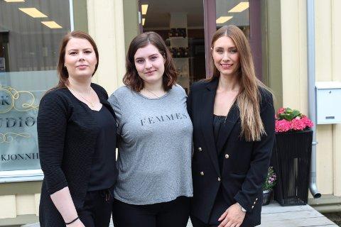 Simona Kjærstad (t.h.) sammen med frisør Kristine Haugen Nikolaisen og lærling Anniken Hundal som skal jobbe sammen med henne  salongen i Sjøgata.