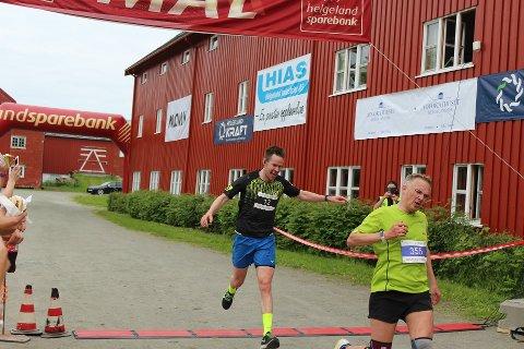 Vegard Åsland Sørensen (til venstre) vant helmaraton i Alstahaug maraton. Foto: Benjamin Thorsen