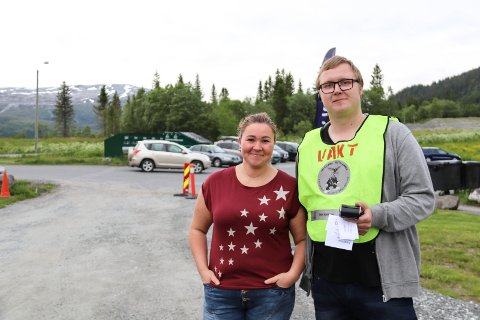 Kristin Engan og Anders Salomonsen i komiteen holder kontroll på alle campingvognene og bobilene.