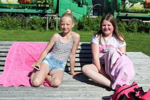 Elise Kristin Daleng og Elise Stordal Øyen koser seg på Bystranda.