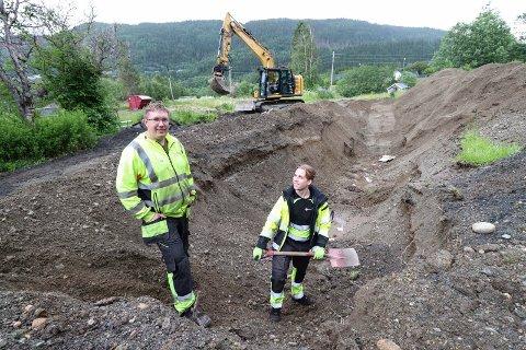 I GANG: Ole Hoff fra Tommy Nilsen AS og Didrik Berg fra Trond Tverå AS gravde fredag opp gamle vannledninger som ligger den mellom nye kirkegårdstomta og Skålvegen.